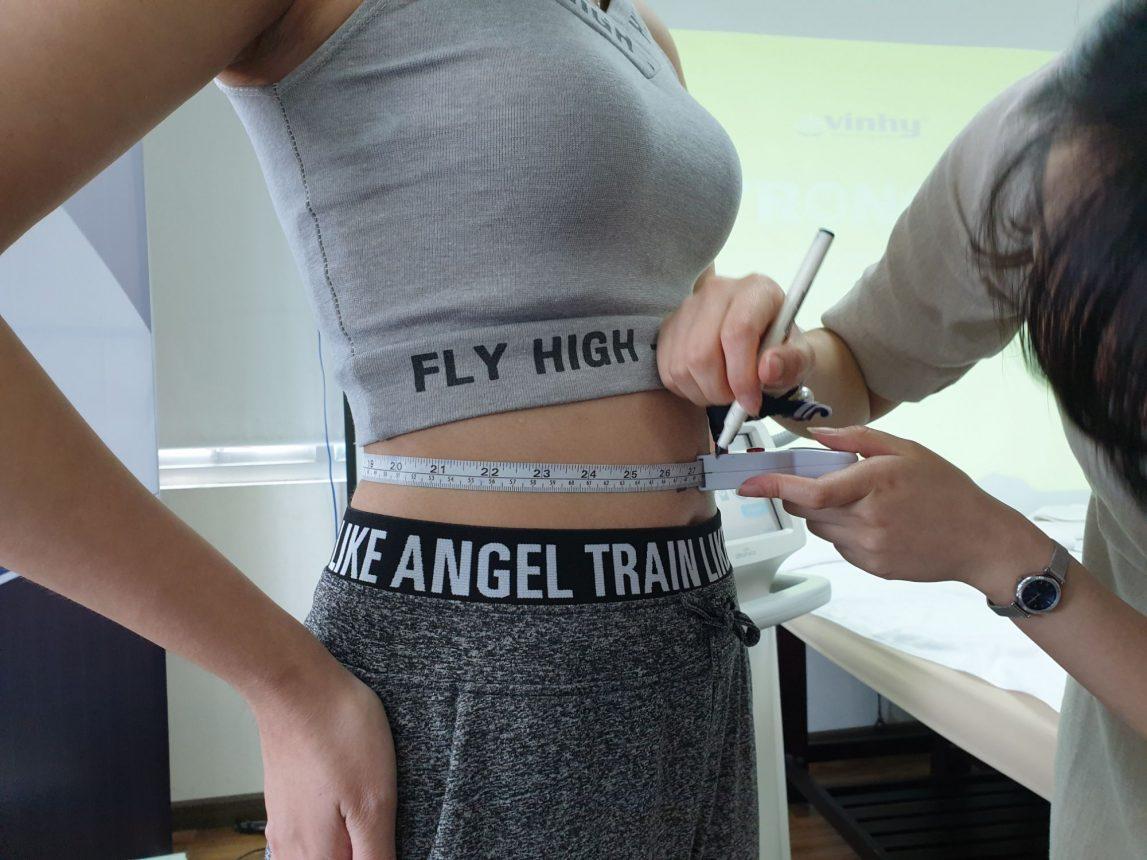 Khách hàng được đo kích thước điều trị giảm béo