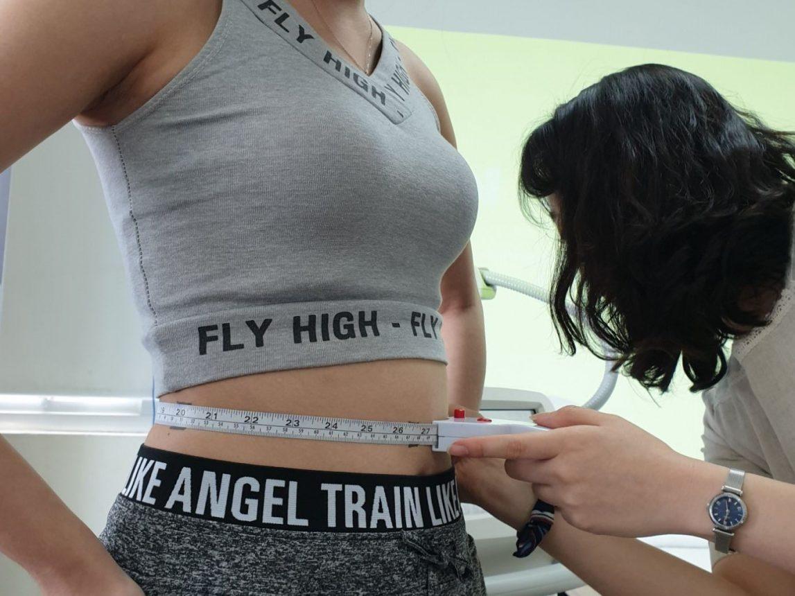 Đo kích thước vùng bụng khi điều trị giảm béo