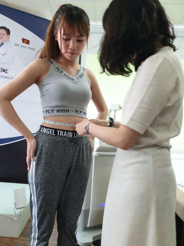 Đo vùng bụng khách hàng trước khi điều trị máy giảm béo