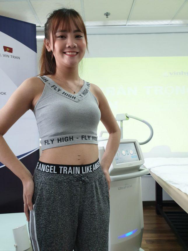 khách hàng chuẩn bị điều trị máy giảm béo toàn thân