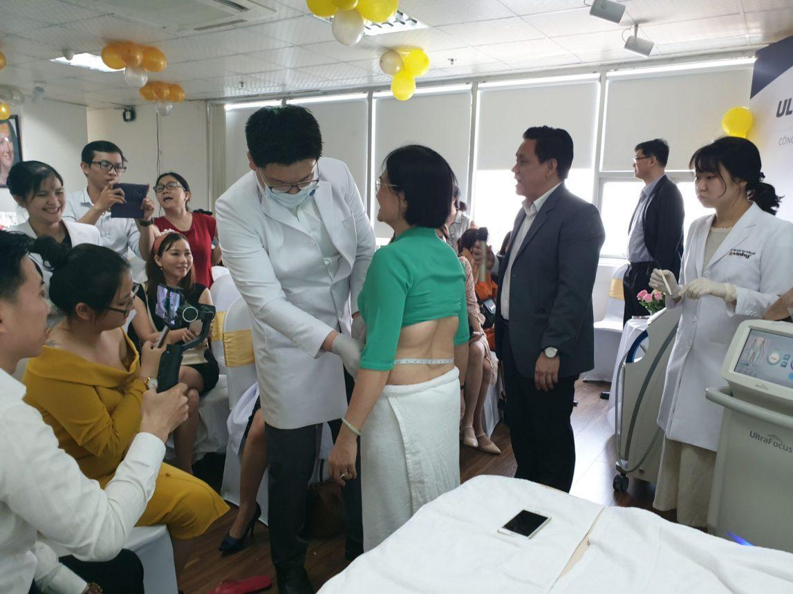 D(o vùng bụng khách hàng trước khi điều trị bằng máy giảm béo toàn thân